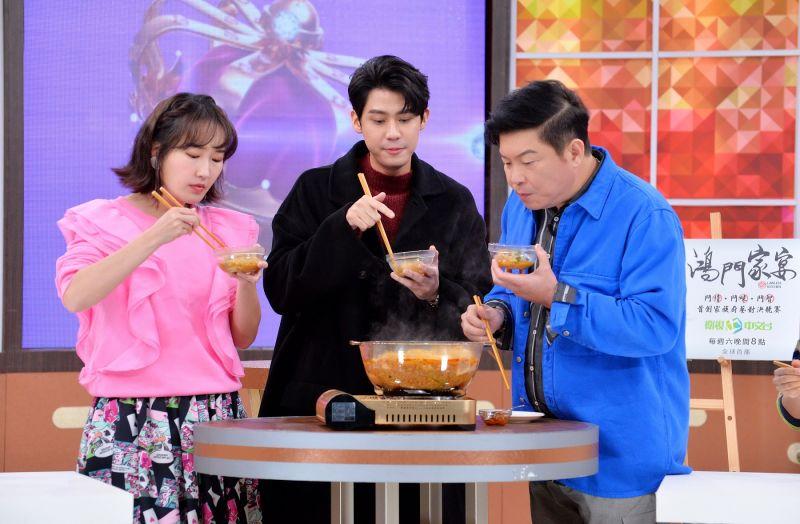 ▲李玉璽(中)帶來媽媽親手烹煮的麻辣蒸臭豆腐,讓曾國城(右)、巴鈺(左)驚艷無比。(圖/衛視)