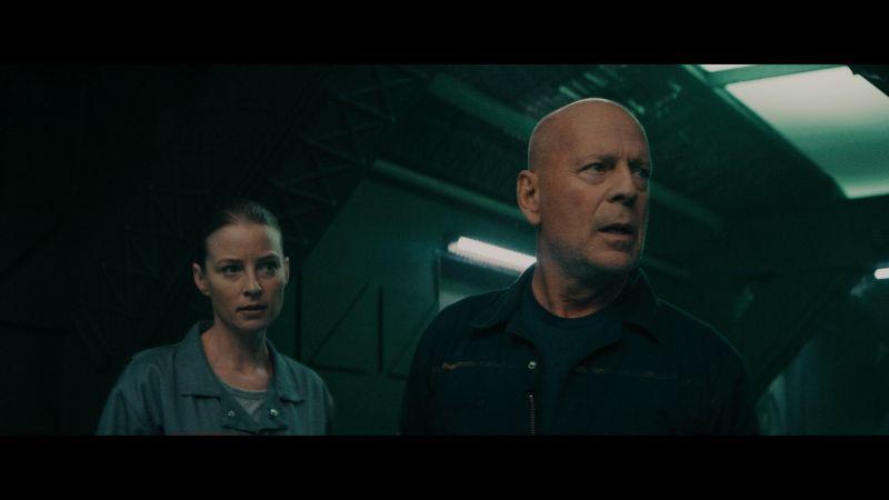 ▲布魯斯威利(右)在片中,飾演憤世嫉俗的資深機械師克雷。(圖/車庫)