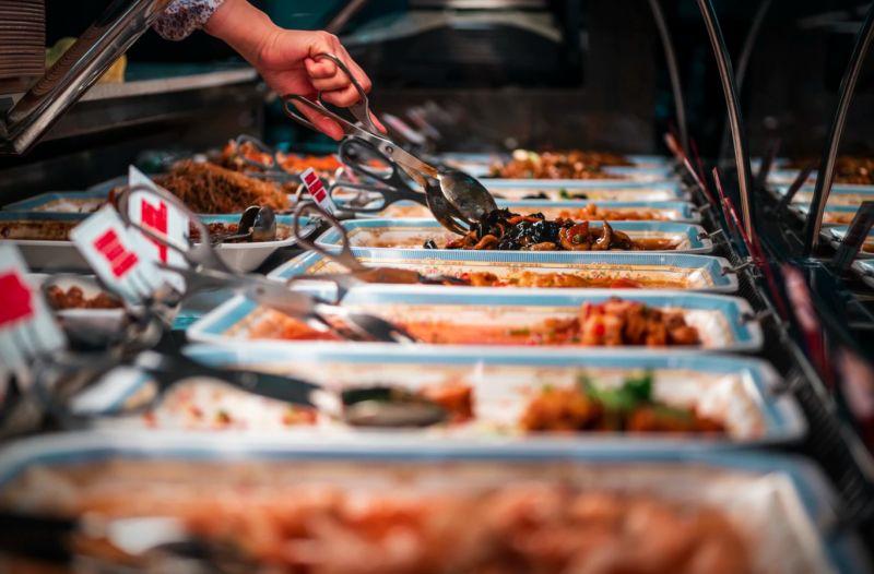 ▲男網友日前和家人一起去吃buffet,豈料當他吃了白飯以後,就被家人臭罵一頓,貼文一出,引起熱議。(示意圖/取自unsplash)