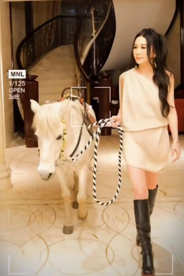 ▲▼溫碧霞在自家豪宅騎馬,引人側目。(圖/溫碧霞微博)