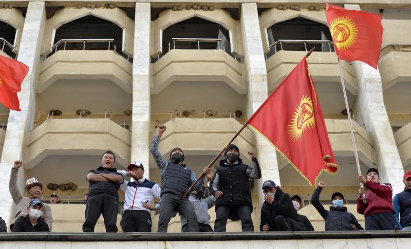 ▲中亞國家吉爾吉斯去年10月國會選舉傳出舞弊爭議引爆示威,讓當時的總統請辭下台後,今天則要選出新總統。大選初步結果顯示,前代理總統賈帕洛夫可望拿下近8成選票當選。圖為賈帕洛夫支持者。(圖/美聯社/達志影像)