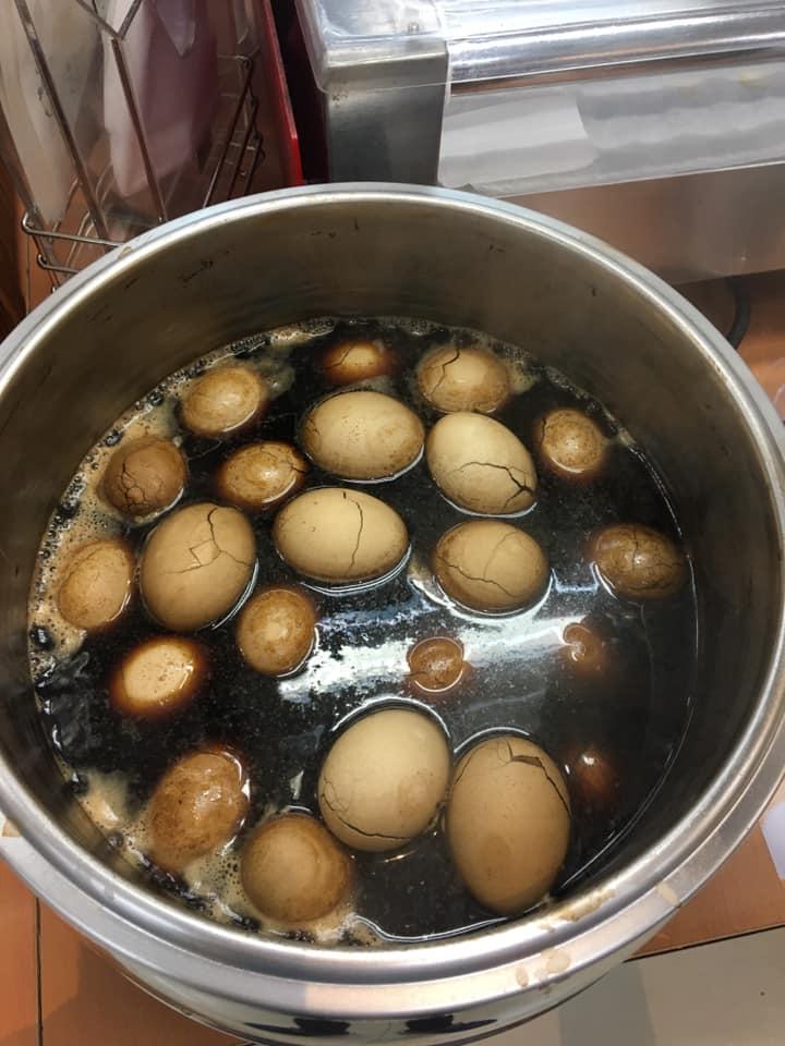 ▲客人拿關東煮的夾子去夾茶葉蛋,導致47顆茶葉蛋必須整鍋報廢。(圖/翻攝自臉書《爆怨公社》)