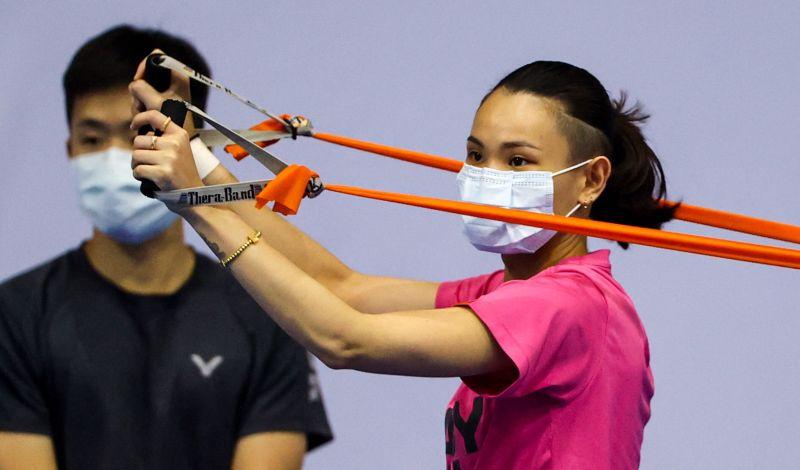 ▲超級1000系列泰國公開賽12日開戰,戴資穎戴著口罩在當地場館進行訓練。(圖/Badminton