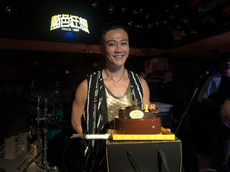 ▲林俊逸收到工作人員送給他的生日禮物,竟是一條大紅內褲。(圖/FGC遠雄創藝提供)