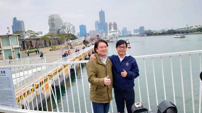 ▲高雄市長陳其邁和基隆市長林右昌在大港橋步行,並在網美打卡熱點合影。(圖/記者鄭婷襄攝)