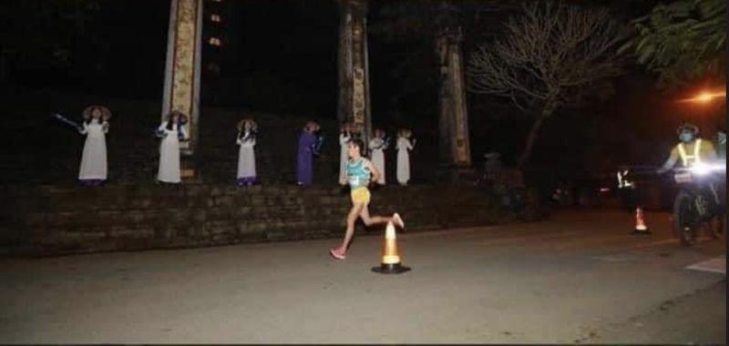 ▲▲近日在越南一場馬拉松比賽中出現一群女孩站在跑道旁,身著奧黛為選手加油,但在漆黑的夜晚下看上去宛如阿飄。(圖/翻攝自推特)