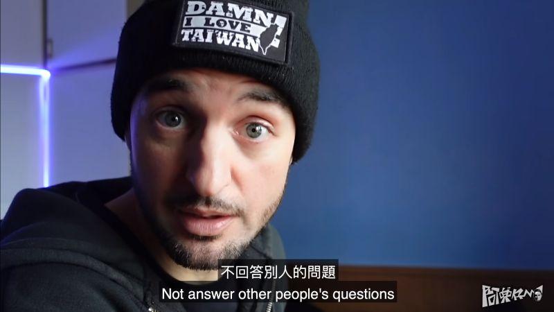 ▲黑素斯透露,台灣人有時候不回答別人問題,在國外是非常沒禮貌的。(圖/翻攝阿兜仔不教美語YouTube)