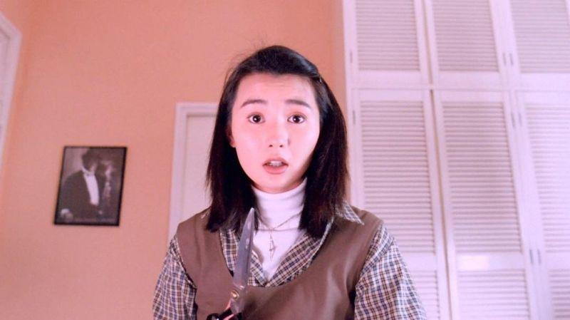 ▲年輕時候的張曼玉,飯局妹名字是「小花」。(圖/《家有囍事》劇照)