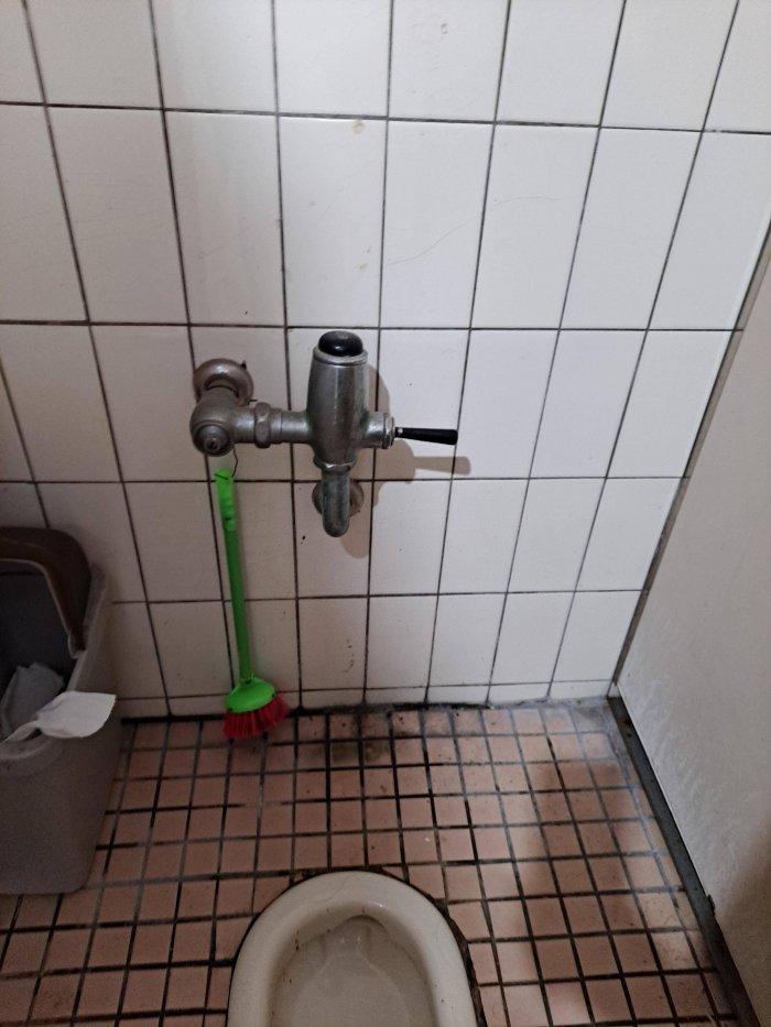 ▲原PO好奇這種充水閥該用手或腳按壓呢?(圖/翻攝Dcard)