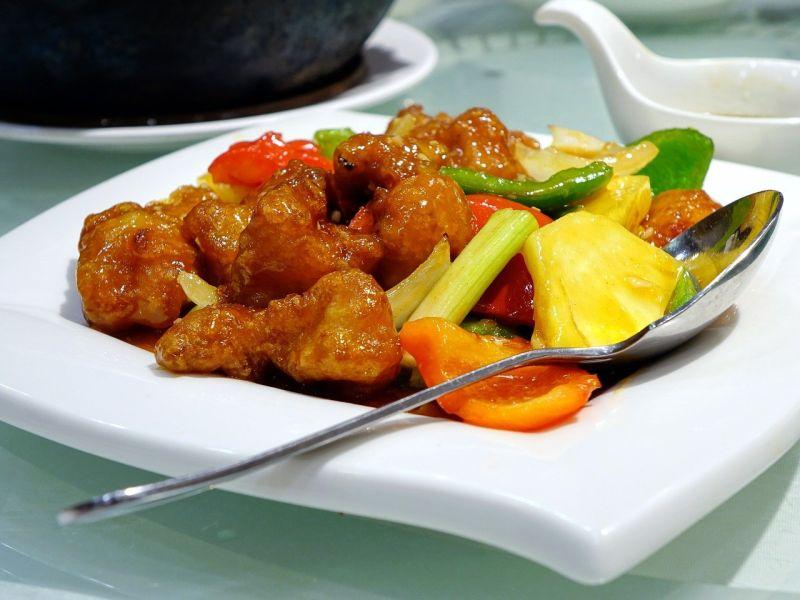 ▲專攻美食領域的《大慶談美食》專欄指出,有「3種料理」不可隨便加大蒜,否則恐會讓營養流失、口味變調。突圍糖醋排骨。(圖/取自pixabay)