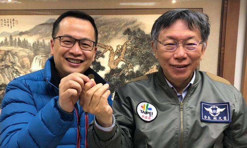 台北市長柯文哲11日晚間,贊助國民黨台北市議員、革實院長羅智強的反萊豬公投連署宣傳公車。