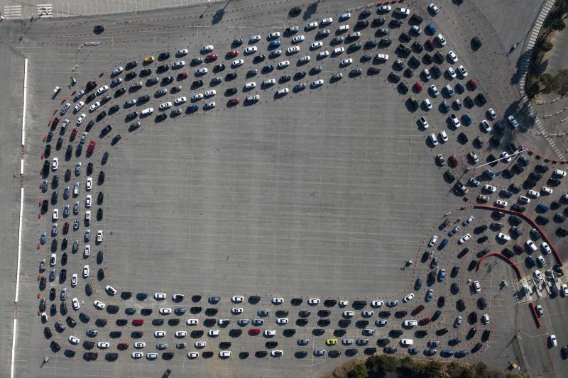▲自從道奇體育場轉為新冠檢測站後,每天幾乎都有大量車流湧入,排隊要做檢測。(圖/美聯社/達志影像)