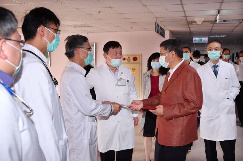 針對12日新增的新冠肺炎照護醫師確診案例,台北市長柯文哲在臉書上PO文表示,向疫情前線所有的工作人員致敬,並表示「請大家和我一起保持信心、冷靜應對,讓我們一起為醫護人員加油」。