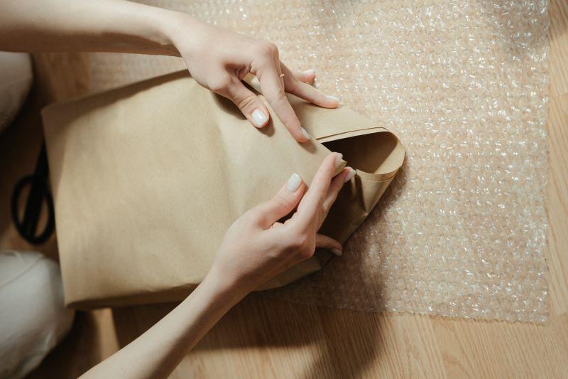 ▲平時用來防包裹遭撞擊的氣泡紙,還有禦寒用途。(圖/翻攝Pexels)