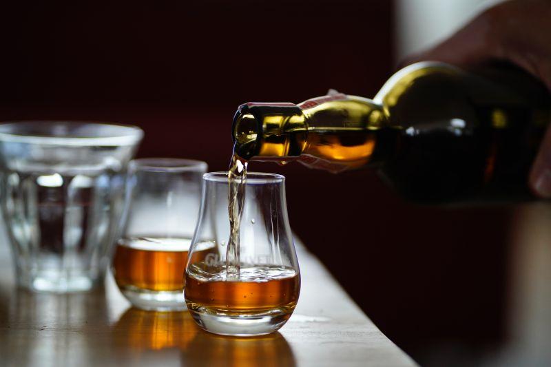 ▲一名女網友在PTT發文,表示男友送了老爸一瓶威士忌,她一查竟要「16」萬,貼文一出,網友全暴動了。(示意圖/取自unsplash)