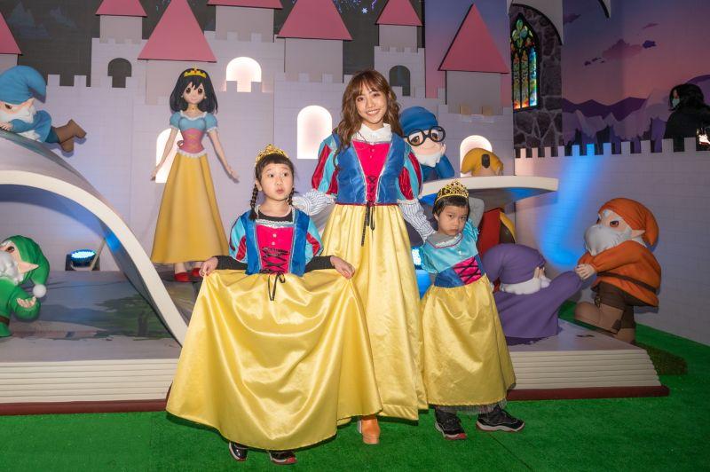 胖球斯拉、蔡佩軒一起參觀「格林童話-白雪公主與七矮人特展」。(圖/寬宏藝術提供)