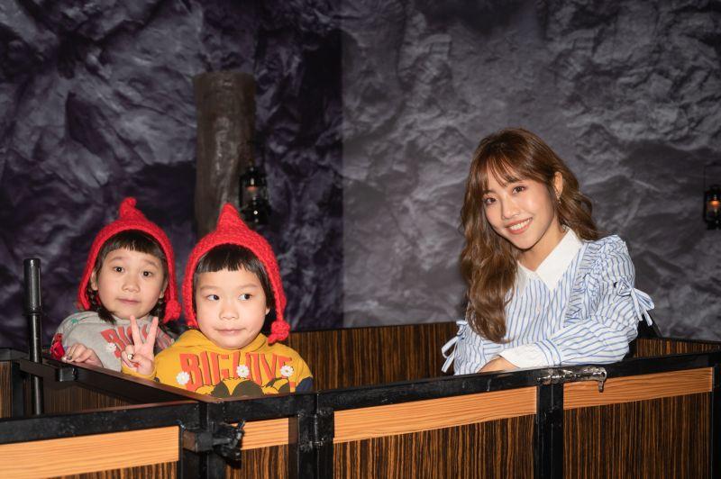 ▲胖球斯拉、蔡佩軒一起參觀「格林童話-白雪公主與七矮人特展」。(圖/寬宏藝術提供)