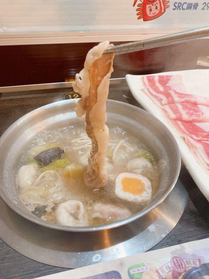 ▲網友分享自己吃火鍋喜歡邊吃肉邊喝湯,引發熱議。(圖/Dcard)