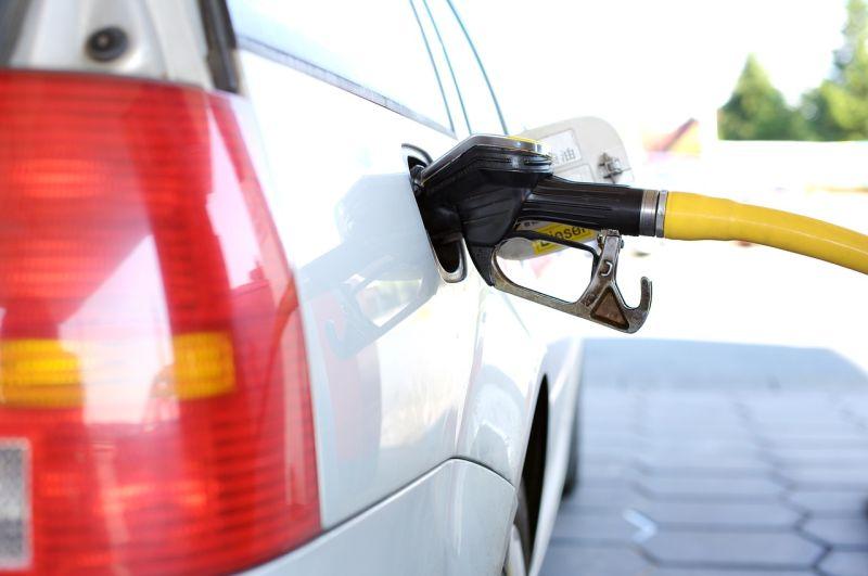 ▲更有加油站員工出來表示「跳停,最多一百」。(示意圖/翻攝自pixabay)