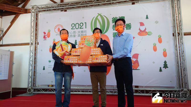 2021年第九屆美濃「橙蜜香」番茄品質評鑑,由彭達裕奪得冠軍,市長陳其邁現場更購買了100盒冠軍番茄。(圖/記者鄭婷襄攝)