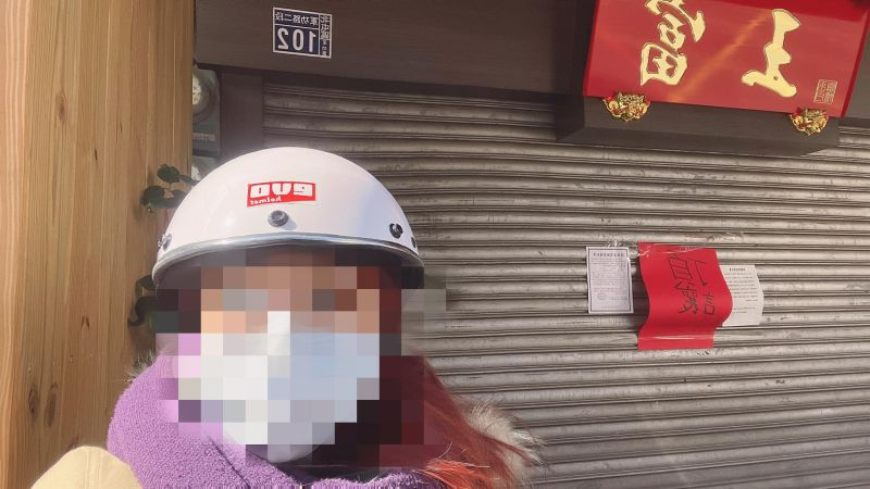 ▲女網友發現富王鴨肉店門口貼出頂讓紅單,引發熱議。(圖/翻攝自《爆廢1公社》臉書社團)
