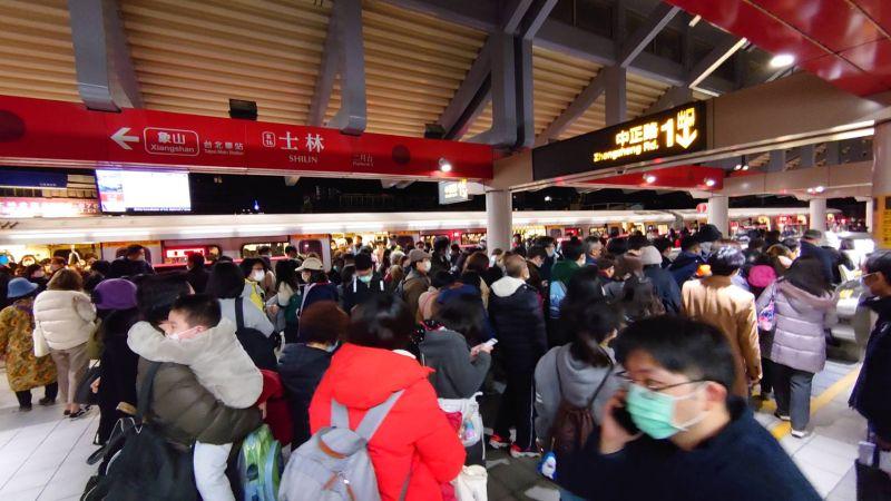 13日晚間,北捷劍潭站至民權西路站因供電異常搶修中