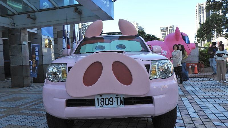 有粉紅色豬鼻子!國民黨反萊豬皮卡車亮相