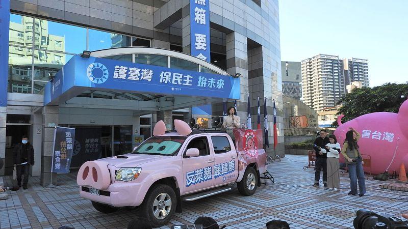 ▲國民黨特別製作的「反萊豬皮卡」14日首度亮相,全車粉紅色系,搭配超萌耳朵與豬鼻子,外型極為吸睛。(圖/記者陳弘志攝,2021.1.14)
