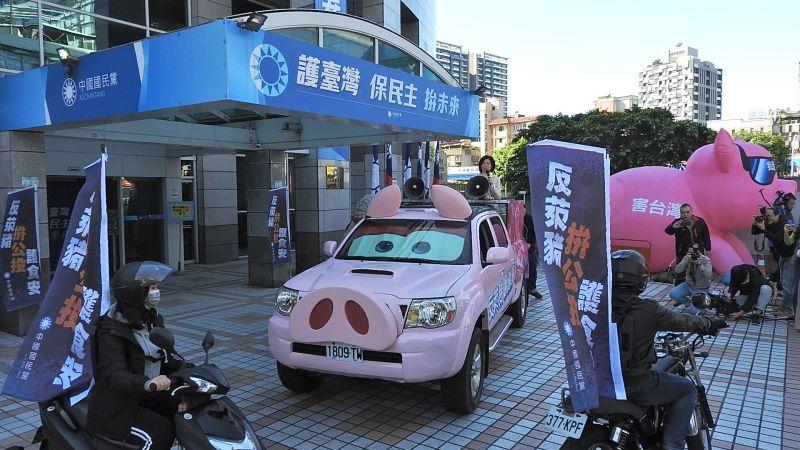 ▲國民黨特別製作的「反萊豬皮卡」14日首度亮相,全車粉紅色系,搭配超萌耳朵與豬鼻子,外型極為吸睛。(圖/記者陳弘志攝,http://123.dha.tw/2021.1.14)