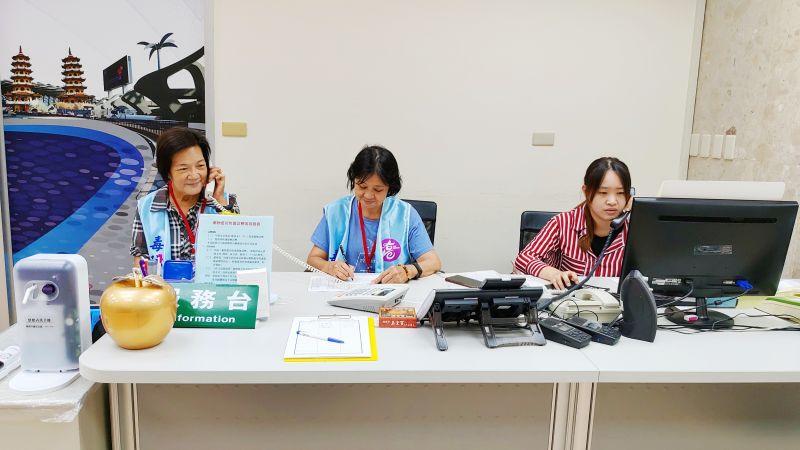 ▲志工阿琴(中)在毒防局服務台值勤,協助記錄民眾諮詢服務內容。(圖/高市毒防局提供)