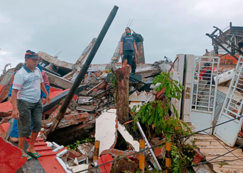 ▲印尼蘇拉威西島馬穆朱縣(Mamuju),15日凌晨發生6.2級地震,已3死24傷。(圖/美聯社/達志影像)