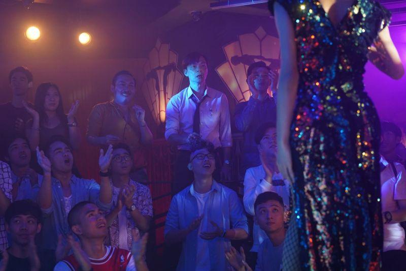 ▲▼李國煌(上圖後排左四,下圖)中年失業來到男兒王酒吧上班。(圖/光年映畫)