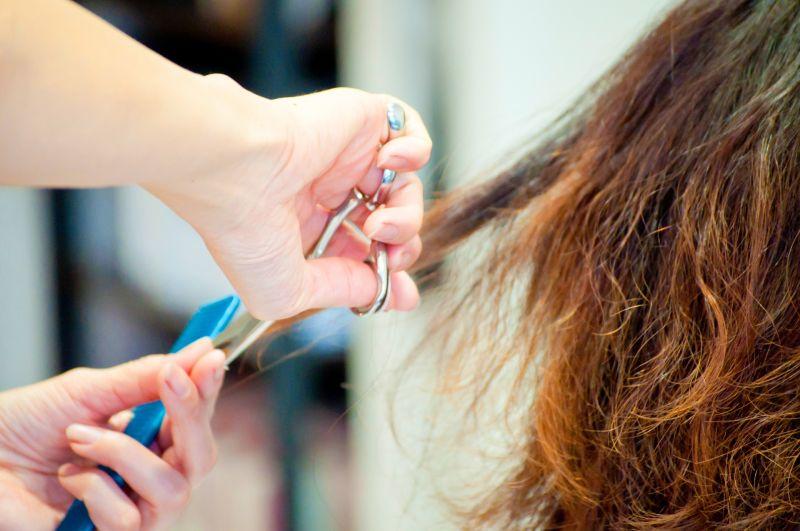 ▲近年來百元理髮廳相當常見,在大賣場、捷運站都可以看到,主打便宜又快速的特色,讓不少人一試成主顧。(示意圖,圖中人物與本文無關/翻攝PhotoAC)