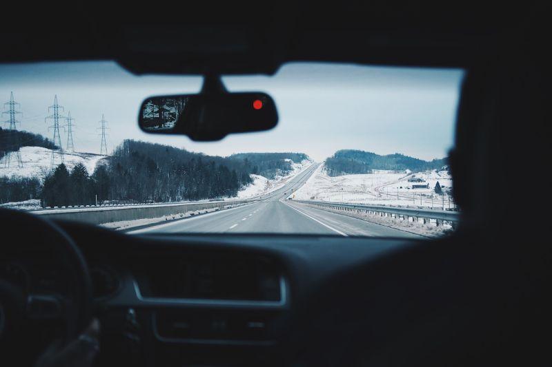 ▲在車內不想要開暖氣,擋風玻璃卻不斷起霧影響視線,網友分享「一招」解決。(示意圖/翻攝自Pixabay)