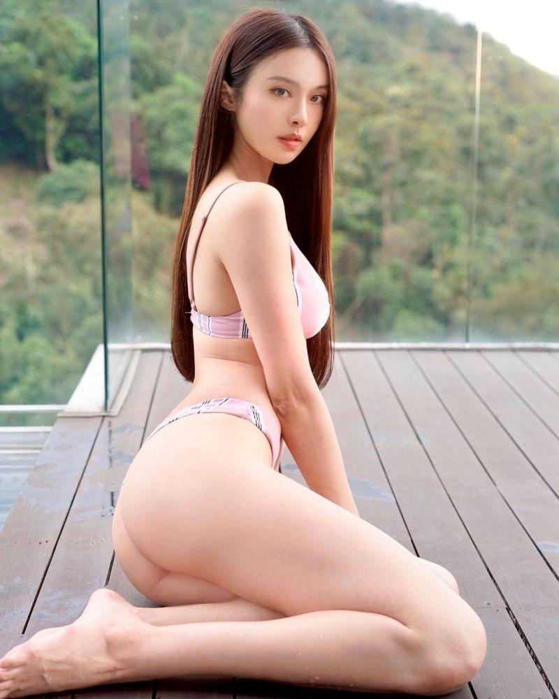 ▲李元玲抬起美尻、放送腿根。(圖/李元玲