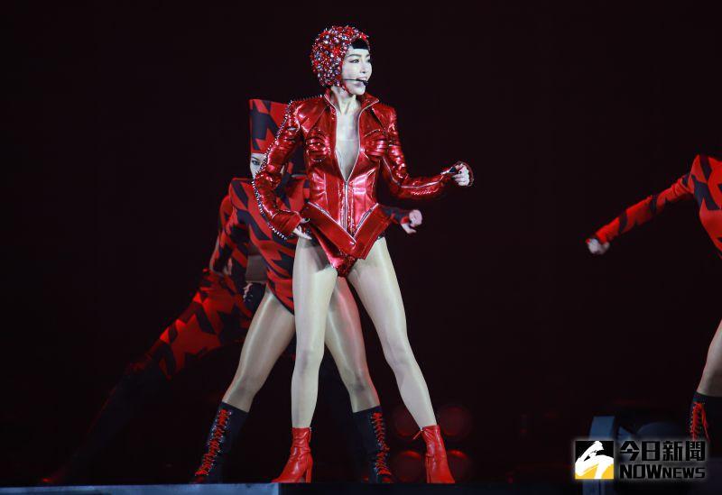 ▲謝金燕穿著深V緊身服,露出大長腿性感開唱。(圖/記者葉政勳攝,