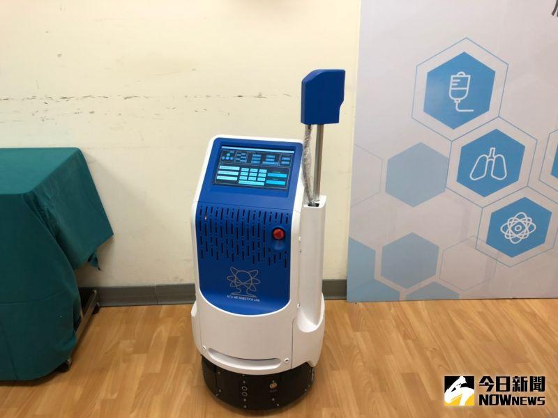 ▲新光醫院與台大合作,推自動智慧型防疫機器人。(圖/記者劉雅文拍攝)