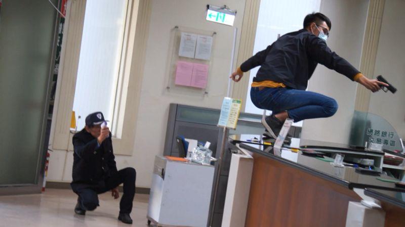 銀行「搶匪」跳上櫃台 女行員驚聲尖叫