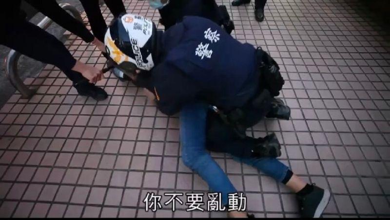 ▲線上警網迅速攔截團捕,將「搶匪」壓制逮捕。(圖/記者鄧力軍翻攝)