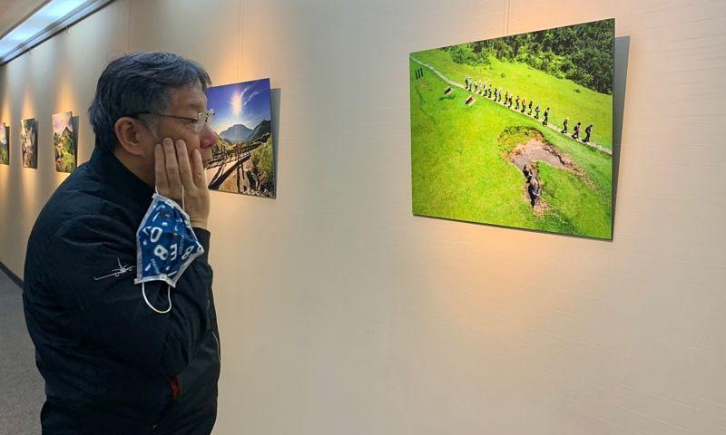 台北市政府市長室外的走廊,原本只是簡單但枯燥的白牆,市長辦公室主任謝明珠發揮巧思,將過去「台北大縱走」的紀錄照掛出來,讓走廊頓時改變風格。