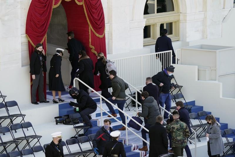 ▲美國國會附近發生火警的當下,保安單位疏散了國會外的人群,呼籲他們暫時進入建築物避難,拜登就職典禮的排練也一度暫停。(圖/美聯社/達志影像)