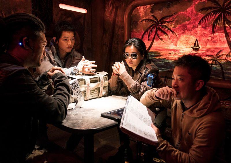 ▲▼陳善奎(上圖左起)、金泰梨、宋仲基、陳善奎、機器人柳海鎮為電影主要演員。(圖/Netflix)