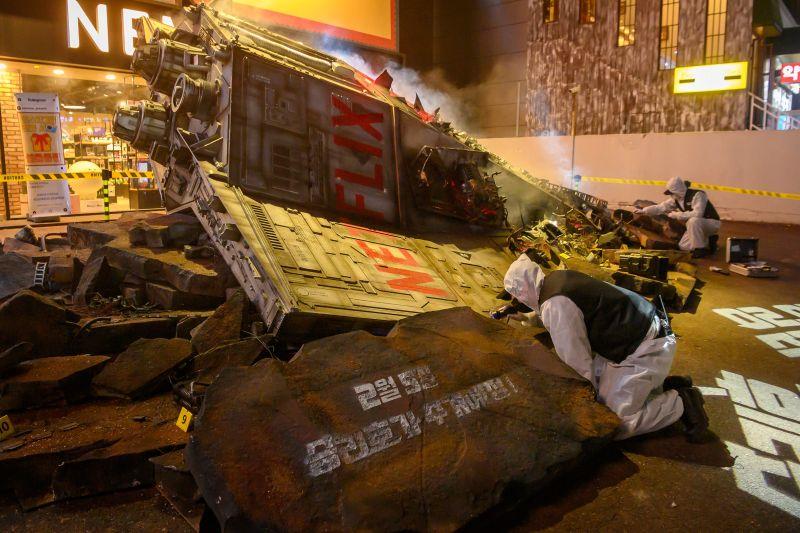 ▲宇宙太空垃圾造型裝置墜落在首爾江南站。(圖/Netflix)