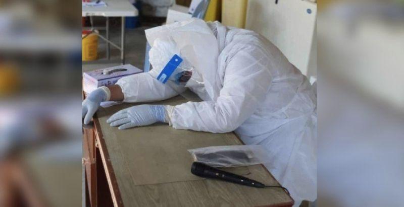 太辛苦!馬來西亞醫生穿防護衣 趴睡猝逝