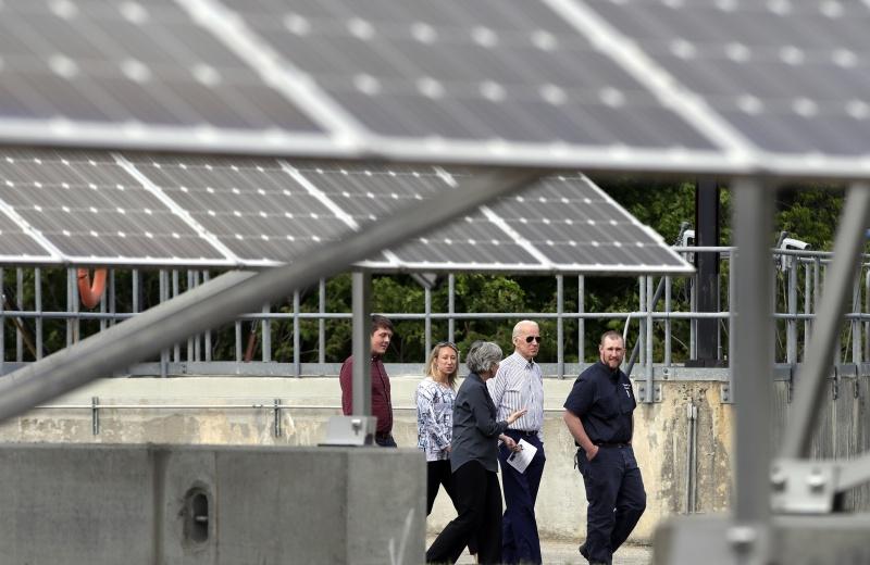 ▲2019年6月,已是民主黨總統候選人的拜登,於新罕布夏州出席再生能源倡議的行程中,視察了一處太陽能板。(圖/美聯社/達志影像)