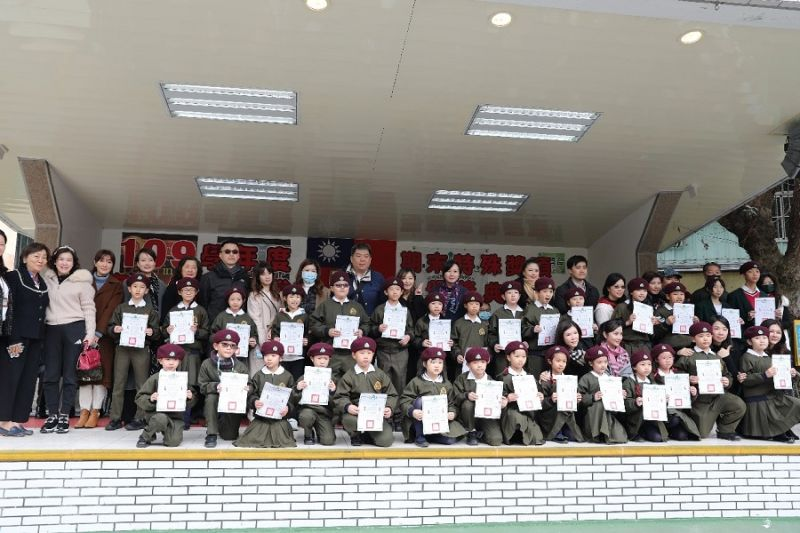 ▲參與捐款學生和其家長們一同受獎。(圖/資料照片)