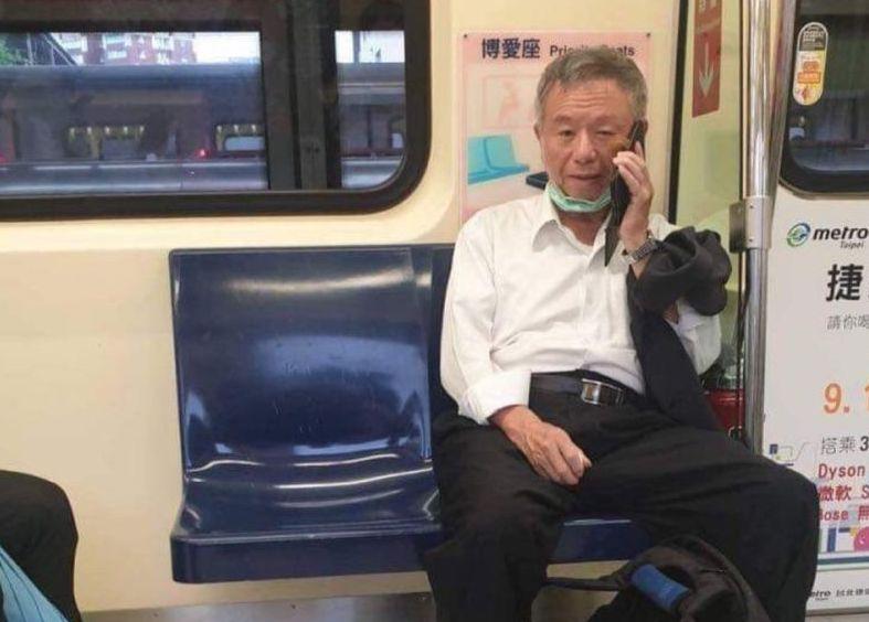 ▲前衛生署長楊志良,被爆出在捷運上口罩沒戴好。(圖/民眾提供)