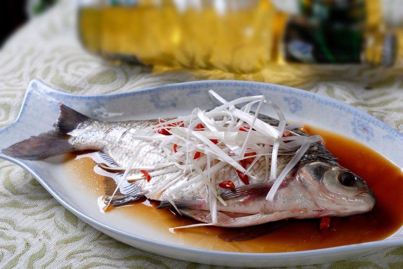 ▲去除魚腥味有撇步!除了加入蔥、薑或米酒,在清洗魚肉時,也可試試「這一招」。(圖/取自pixabay)