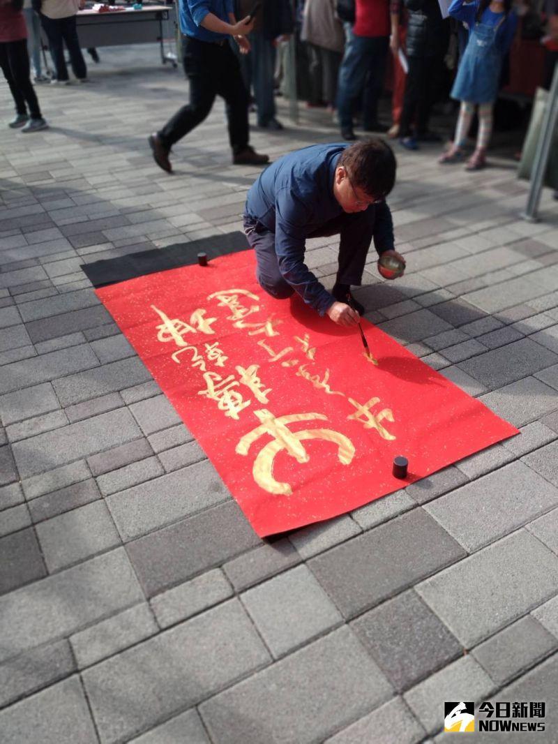 ▲南服中心書法家夏萬春也以金色墨筆書寫大字「牛轉乾坤」,象徵歡喜迎接牛年到來。(圖/郭凱杰攝,2021.01.21)