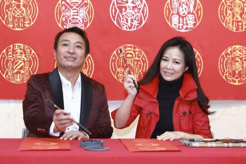 ▲王中平(左)、陳仙梅出席《黃金歲月》寫書法記者會。(圖